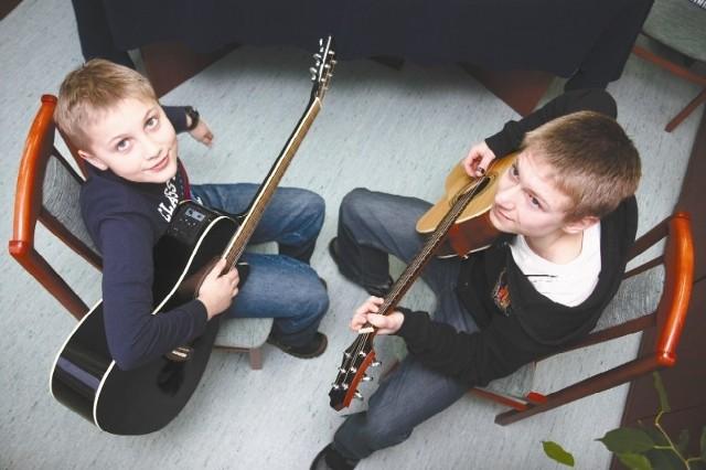 Jeśli Kacper będzie nadal przykładał się do gry jak dotychczas, w przyszłości może zostać gitarzystą – mówi Piotr Duniewski, który raz w tygodniu w Szkole Podstawowej nr 5 za darmo udziela młodszemu koledze lekcji gry na gitarze.