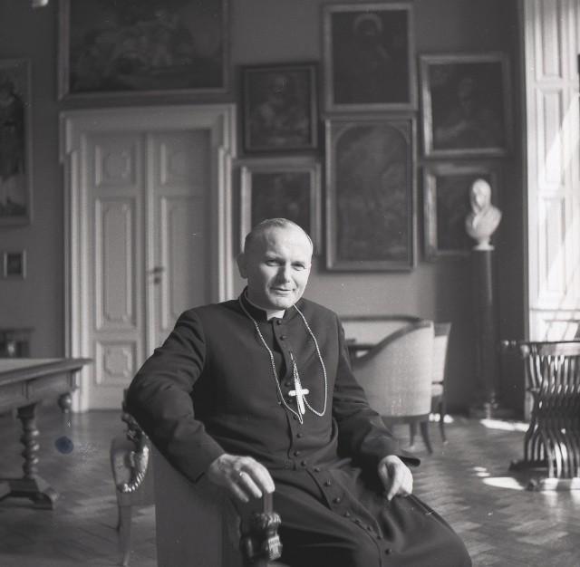 170 fotografii Adama Bujaka opowiada o krakowskim okresie działalności Karola Wojtyły
