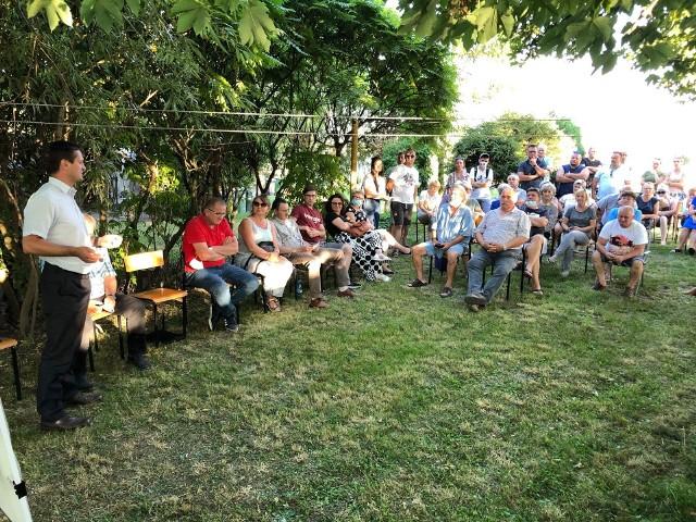 W sierpniu w Bartoszewicach mieszkańcy rozmawiali z wójtem i radnymi gminy Płużnica o inwestycji planowanej przez firmę Green Peaks Energy na terenie Płużnickiego Parku Inwestycyjnego