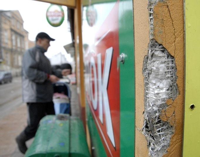 Uszkodzenia elewacji sklepu monopolowego, spowodowane przez kierowcę Forda