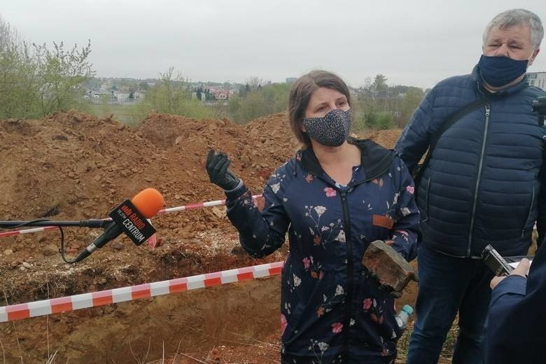 Fragmenty przypominające kości znaleziono na górkach czechowskich pod koniec kwietnia. Zauważyli je społecznicy, którzy przeciwstawiają się zabudowie terenu dawnego poligonu. Na zdjęciu - kwietniowa konferencja prasowa