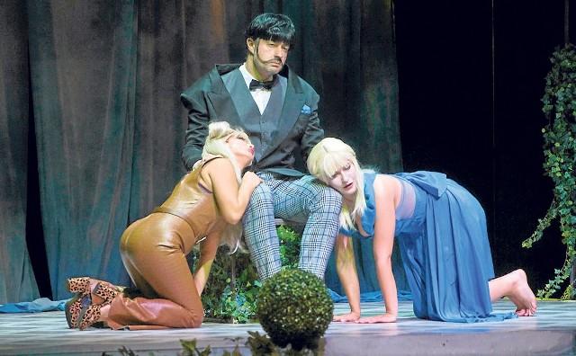 """Na scenie pojawiają się fantastyczne postaci rodem z """"Alicji w Krainie Czarów"""" Lewisa Carolla"""