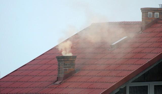"""Na Dolnym Śląsku stan powietrza często przekracza poziom alarmowy. Zwłaszcza przy niskich temperaturach, kiedy mieszkańcy palą w piecach nie tylko drewnem i węglem, ale śmieciami. Niestety, większość spalanych rzeczy nie nadaje się do tego celu. Warto pamiętać, że oprócz fabryk i spalin samochodowych, to właśnie spalanie śmieci w kominach gospodarstw domowych ma największy wpływ na jakość powietrza. Przedstawiamy ranking najbardziej zanieczyszczonych miast na Dolnym Śląsku. Mimo, że w ostatnim czasie Wrocław przodował w światowych klasyfikacjach dotyczących zanieczyszczenia powietrza, jego miejsce może dla niektórych okazać się niespodzianką. Ranking oparto o dane pomiarowe Wojewódzkiego Inspektoratu Ochrony Środowiska, dotyczących pyłu PM10. Pochodzi ze stycznia 2021. Zobaczcie.PRZEJDŹ DO ZESTAWIENIA KOLEJNYCH NAJBARDZIEJ ZANIECZYSZCZONYCH MIAST KLIKAJĄC """"NASTĘPNE"""", PORUSZAJĄC SIĘ PRZY POMOCY STRZAŁEK LUB GESTÓW NA EKRANIE SMARTFONARanking oparto o dane pomiarowe Wojewódzkiego Inspektoratu Ochrony Środowiska. Dotyczyły one pyłów PM10. Dane pochodzą ze stycznia 2021."""