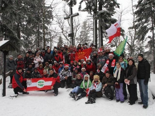 Tradycją spotkań na Łysicy jest pamiątkowe, wspólne zdjęcie uczestników wyprawy. W niedzielę Łysicę zdobyło sto osób.