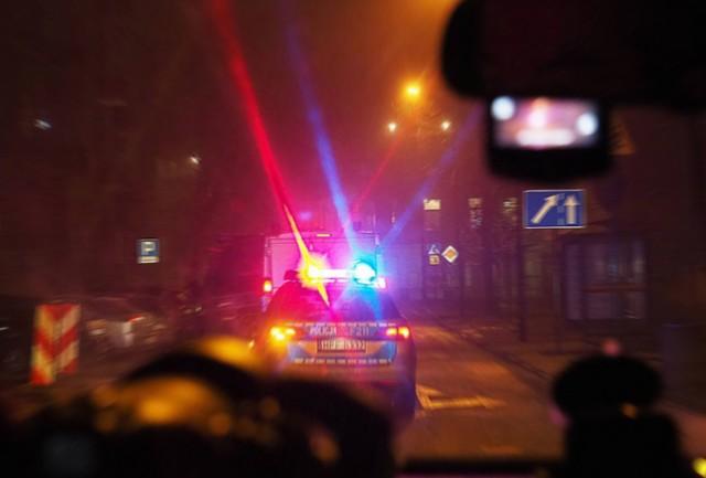 W sylwestrową noc policjant użył w Łodzi broni palnej wobec próbujących go staranować imprezowiczów. Do groźnej interwencji doszło przed północą przy ul. Nawrot. Grupa imprezowiczów próbowała przejechać fiatem stojącego w bramie policjanta. Funkcjonariusz użył broni służbowej. Ale  w tym roku sylwestrowych interwencji było w Łodzi i regionie dużo mniej.Na zdjęciu: sylwestrowa noc na łódzkich ulicachCZYTAJ DALEJ>>>