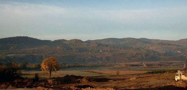 Gdy zburzono wieś Skawce to pod nią, na terenach gdzie dziś jest Jezioro Mucharskie, odkryto skarby sprzed tysięcy lat. Archeolodzy pracowali tu z poświęcieniem: dzień i noc. Dziś znaleziska obejrzeć można w muzeum. Na terenie jeziora nadal widać jednak resztki dworu z przełomu 13 i 14 wieku.