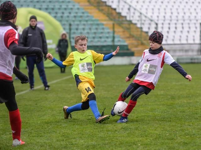 Piłka nożna to prosta gra. Obwarowana zbyt wieloma zakazami i nakazami staje się dla dzieci zbyt zagmatwana