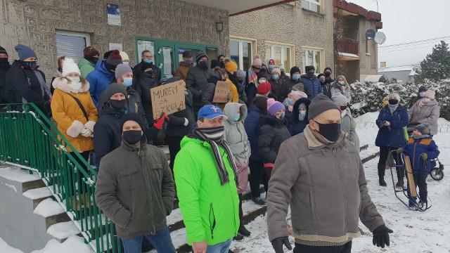 Mieszkańcy Suchej protestują przeciwko planowanej reformie oświaty w gminie Strzelce Opolskie.