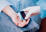 Pulsoksymetr - ile kosztuje i jak działa pulsoksymetr napalcowy? Co mierzy i w jaki sposób go używać? Gdzie go kupić?