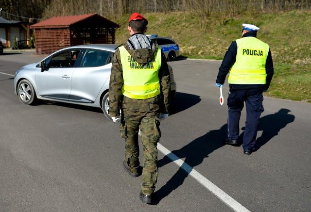 W związku z rozprzestrzenianiem się koronawirusa od 1 kwietnia żołnierze Żandarmerii Wojskowej i funkcjonariusze policji wspólnie patrolują miasta. Żandarmeria u boku policjantów ma nie tylko budzić respekt, ale i sprawdzać, czy przestrzegane są nowe zasady. Zobaczcie zdjęcia z Przemyśla.Zobacz też: Policjanci i żołnierze obrony terytorialnej kontrolują osoby poddane kwarantannie [ZDJĘCIA]