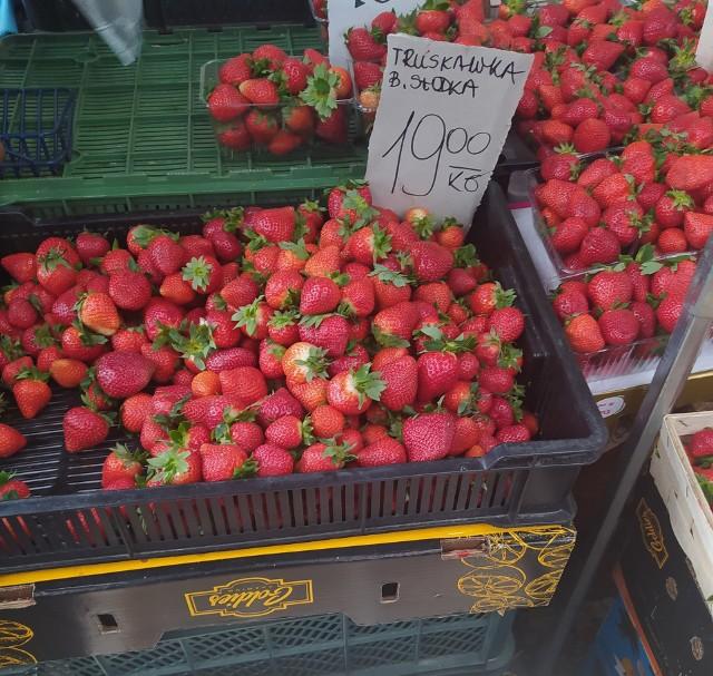 Na placach targowych kupimy już polskie truskawki. Warto dopytać sprzedawcy, które pochodzą z Polski, choć wiele o kraju pochodzenia mówi wygląd oraz cena owocu (te importowane są sporo tańsze).