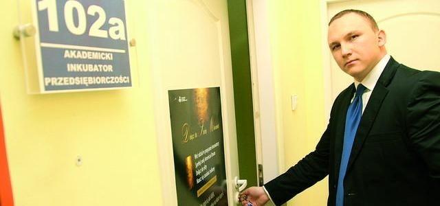 Paweł Żywiecki, szef inkubatora przedsiębiorczości w WSB w Toruniu, otwiera drzwi nowej placówki w bydgoskim wydziale tej uczelni