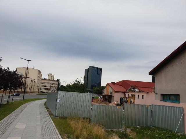 Uniwersytet Łódzki, przy skrzyżowaniu ulicy Narutowicza i alei Rodziny Scheiblerów, rozpoczął budowę nowego gmachu swojego Instytutu Psychologii. >>> Czytaj dalej na kolejnym slajdzie >>>