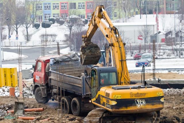 budowa mieszkańPo słabszym przez wiosenny lockdown roku deweloperzy nadrabiają budowlane zaległości.