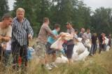 Mieszkańcy Łęknicy workami z piaskiem umacniają wał. Ratują swoje miasto przed powodzią.