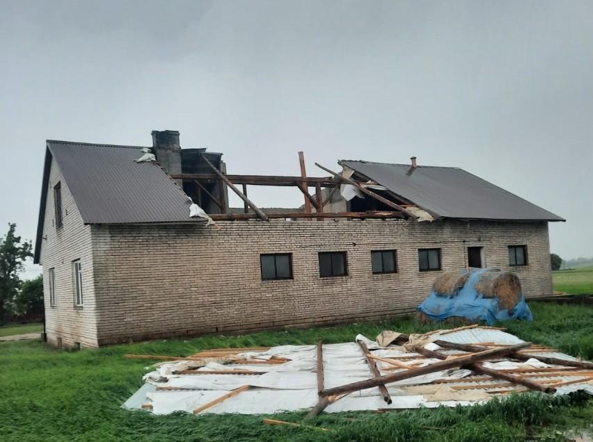 W Kobylnikach w gminie Skalbmierz zerwany został dach na...