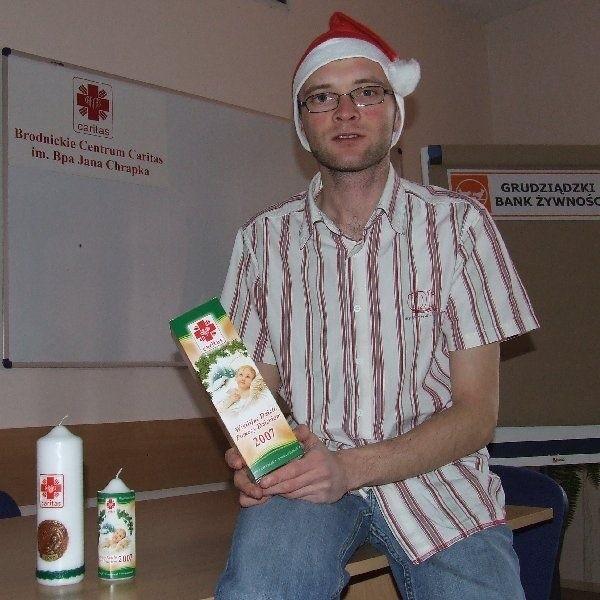 - Caritas ma do dyspozycji 6 tys. 700 sztuk  małych świec (w cenie 5 zł za sztukę) oraz 1  tys. 600 sztuk świec dużych (12 zł) - zapewnia  Rafał Żurawski