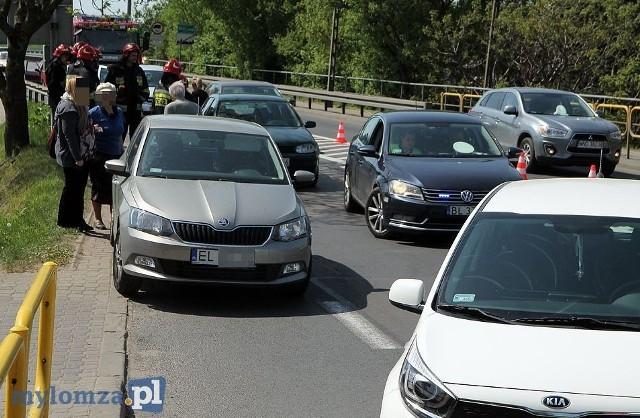 Karambol w Piątnicy. Zderzyło się pięć pojazdów. Jedna osoba trafiła do szpitala.