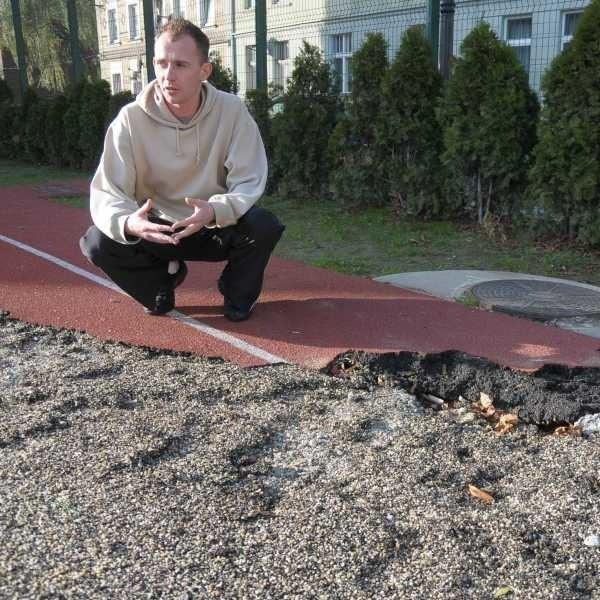 Bieżnia jest zniszczona a na boisku nie da się już grać - mówi Jarosław Szynol, nauczyciel wuefu.