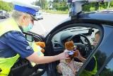 Z okazji dnia patrona kierowców bydgoscy policjanci apelowali o ostrożną jazdę i wręczali zmotoryzowanym upominki [zdjęcia]