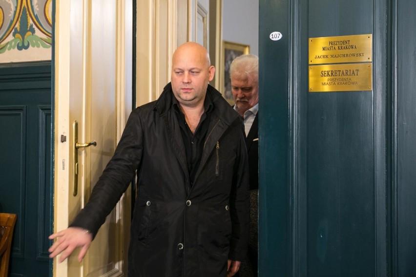 Adam Pietrowski po wizycie u prezydenta Krakowa, z tyłu Mats Hartling