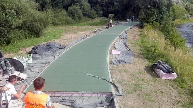 Na wykonanie VeloKrynica gmina wydała prawie 5,5 mln zł. Blisko 3,4 mln zł miało wrócić w formie dotacji. Może być z tym problem, bo ścieżkę zrobiono z zielonego betonu, a nie z czerwonej żywicy