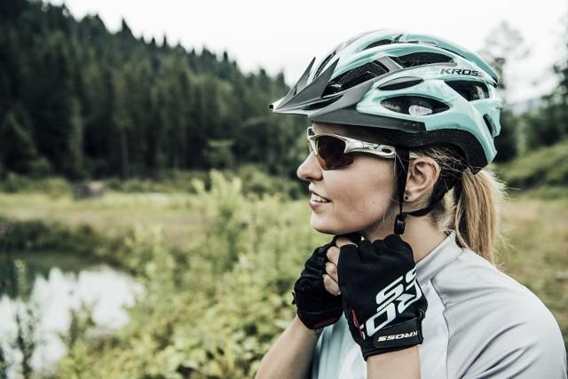 Wybór odpowiedniego kasku to wyzwanie, przed którym staje każdy rowerzysta. Bezpieczeństwo musi iść w parze z wygodą i komfortem użytkowania, dlatego ten kluczowy element wyposażenia zawsze stanowi gorący temat do dyskusji. Jak go dobrać? W jaki sposób chroni naszą głowę i dlaczego na rynku jest tak dużo kasków?Obserwując polskich rowerzystów, łatwo zauważyć, że coraz więcej z nich jeździ w kaskach. Znacznie częściej z tego atrybutu korzystają kolarze górscy i szosowi niż amatorzy używający rowerów do krótkich przejażdżek w mieście lub podczas krótkich weekendowych wypadów.