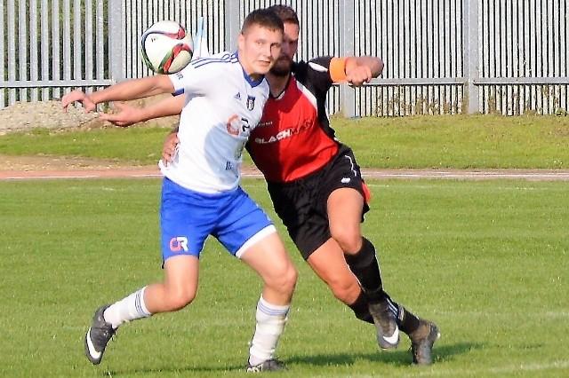 Tomasz Kaleta (przodem) zdobył dwa gole dla Unii Oświęcim w zwycięskim dla niej meczu nad Iskrą Klecza (3:0) w grupie zachodniej IV ligi piłkarskiej.