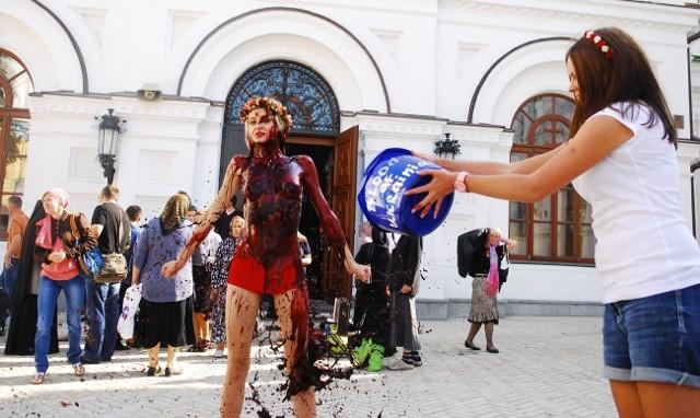 """""""Blood Bucket Chellenge"""" w wykonaniu Femen"""