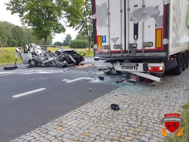 Jedna osoba trafiła do szpitala po wypadku, do którego doszło dziś rano w miejscowości Stanisławów w gminie Osjaków. Ford wjechał tam w naczepę samochodu ciężarowego.