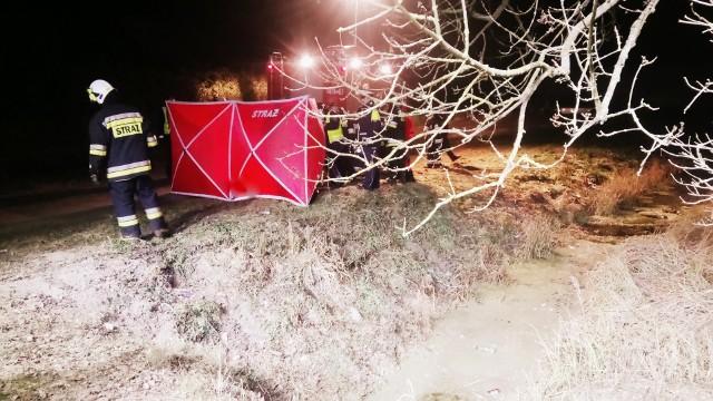 Tragicznie zakończył się finał poszukiwań zaginionego mieszkańca Radwanek w powiecie chodzieskim. Jego zwłoki odnaleziono w czwartek wieczorem w rowie z wodą.Przejdź do kolejnego zdjęcia --->
