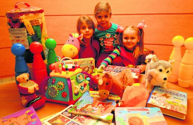 Patrycja, Paulina i Nadia z Łodzi przekazały potrzebującym z łódzkiego PCK ubrania, zabawki, książeczki i gry