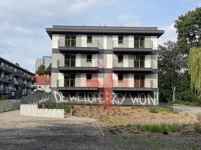 Uszkodzona elewacja budynku na Sołaczu