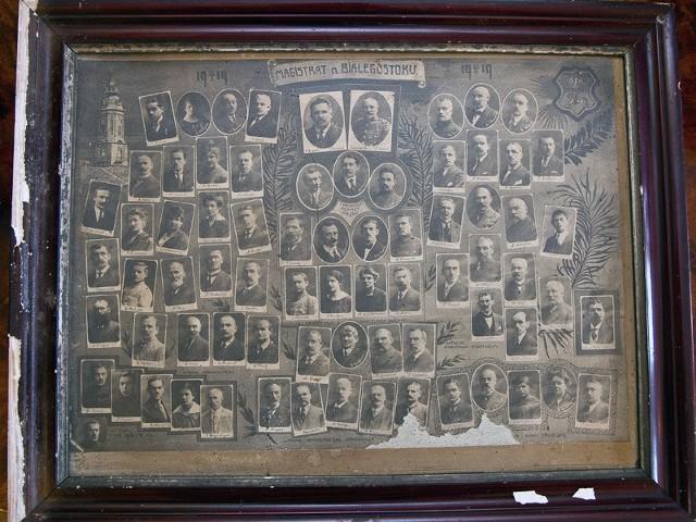 Czarno-biała fotografia, w drewnianych ramach, wiele lat leżała w zapomnieniu. Niebawem zwiedzający muzeum przy ul. Warszawskiej 37 będą mogli zobaczyć jak wyglądali pierwsi białostoccy urzędnicy.