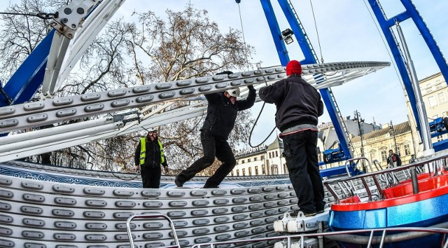 To miała być jedna z głównych atrakcji jarmarku świątecznego, ale niestety, wskutek awarii jednego z elementów, koło młyńskie nie urozmaiciło bożonarodzeniowego kiermaszu. Organizatorzy informowali wtedy, że wkrótce koło młyńskie pojawi się w Bydgoszczy i będzie stanowić atrakcję w czasie finału WOŚP, który odbędzie się 12 stycznia 2020 r.W czwartek (2 stycznia) na plac Teatralny zajechały ciężarówki, które przywiozły elementy stalowego giganta i montaż koła młyńskiego mógł się rozpocząć. Wszystko na to wskazuje, że koło zakręci się jeszcze przed finałem WOŚP. Do tematu wrócimy. Montaż koła młyńskiego obserwował nasz fotoreporter. Zobaczcie zdjęcia >>>