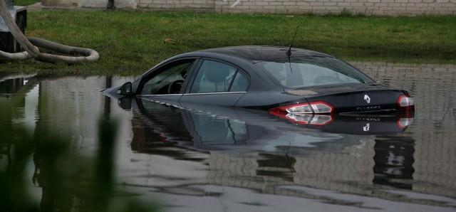 Samochody zalane podczas powodzi zwykle wymagają po zakupie kosztownych napraw. Najczęściej kłopoty sprawiają kierowcom uszkodzona elektronika i nadmierna korozja. Zobacz kolejne zdjęcia. Przesuwaj zdjęcia w prawo - naciśnij strzałkę lub przycisk NASTĘPNE