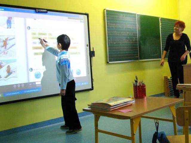 Pod wprawną ręką ucznia klasy pierwszej podręcznik ożywa i staje się partnerem w nauczaniu zintegrowanym.