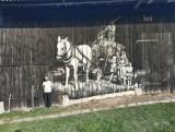 """Arkadiusz Andrejkow maluje """"drewnale"""" na wiejskich domach i stodołach. Przy okazji zakochał się w Podlasiu (ZDJĘCIA)"""