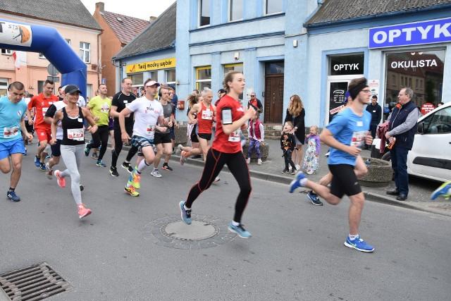 Start uczestnikow biegów glównych na 5 i 10 km