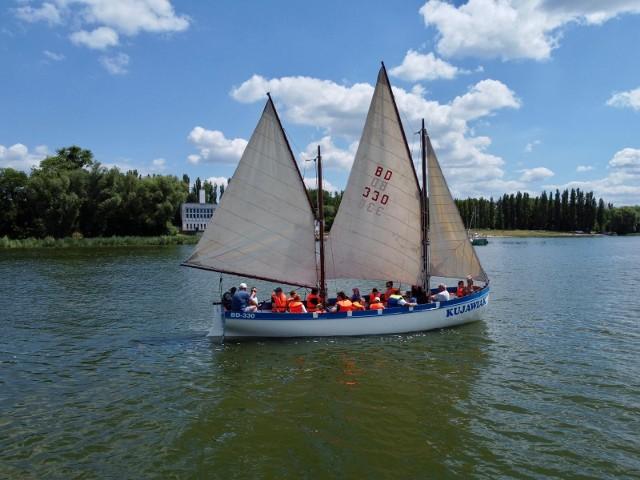 Młodzi adepci żeglarstwa w trakcie PolSailing Day w Janikowie podczas rejsu jachtem DZ