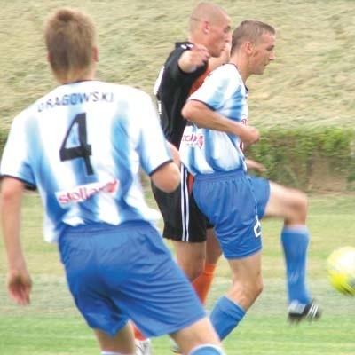 Andrzej Niewulis (z prawej) zdobył jedynego gola derbów województwa podlaskiego. Wigry Suwałki pokonały Freskovitę 1:0.