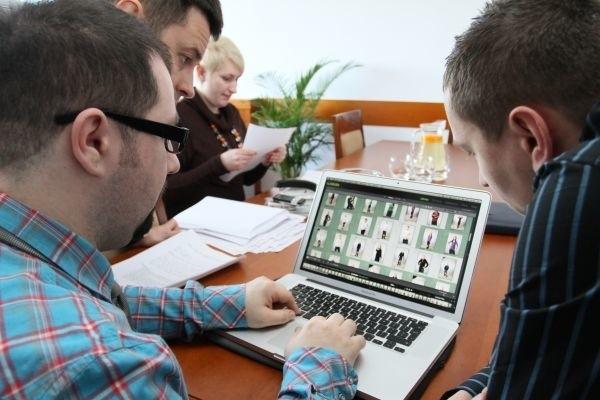 Komisja długo zastanawiała się, kto powinien trafić na billboardy reklamujące Białystok. Od lewej Przemysław Sejwa, fotograf ze Studia Wasabi, Piotr Mordas, fryzjer stylista i Monika Kamińska, szefowa biura promocji miasta.
