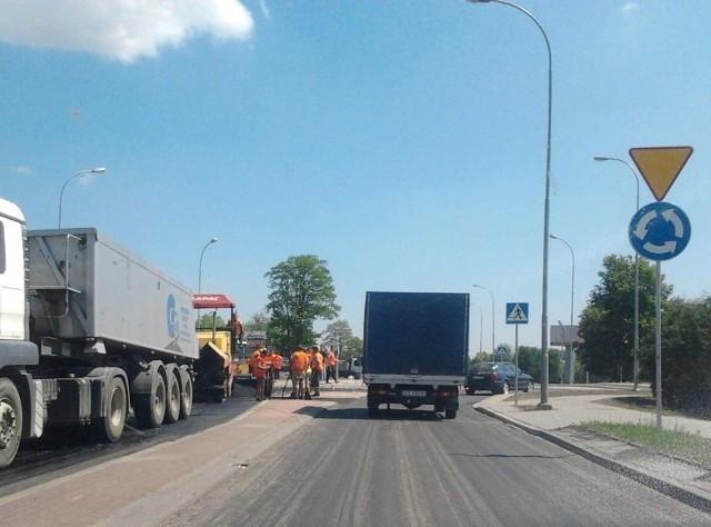 Oddali obwodnicę za 431 mln zł, a teraz budują rondoBudowlańcy wylewają asfalt na nowym rondzie.