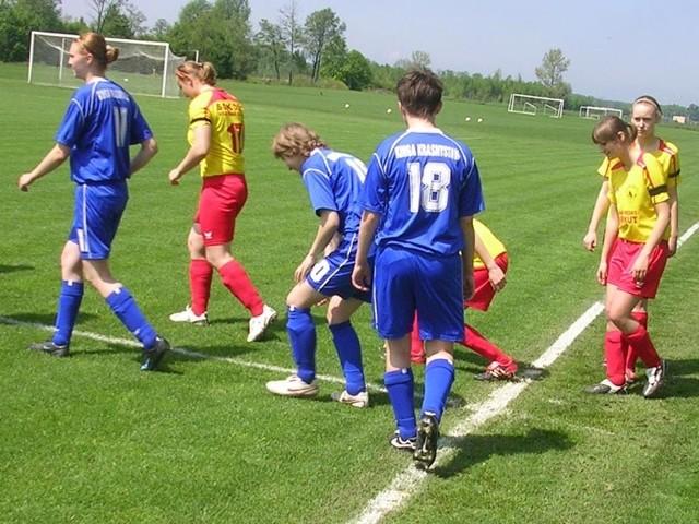 Pilkarki Sokola Kolbuszowa Dolna (zólte koszulki) u siebie zwyciezyly Kinge Krasnystaw 3-0.