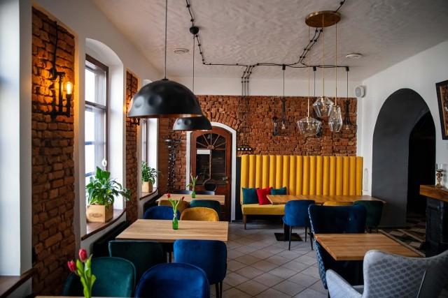 Większość restauracji i kawiarni ratuje się sprzedażą jedzenia na wynos. - Ostatnie 12 miesięcy przyniosły spadek obrotów o 40-80% i zysków o 50-90 proc.- mówi jeden z właścicieli klubokawiarni.