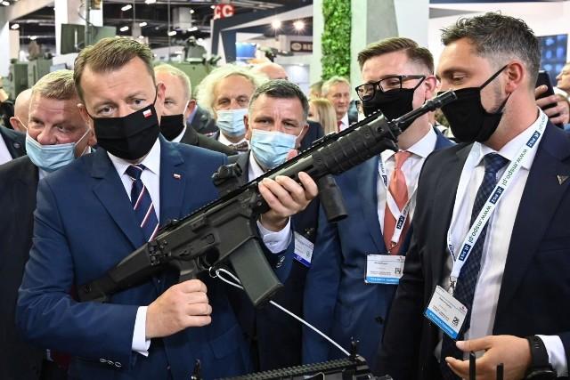 Minister Mariusz Błaszczak podczas zwiedzania wystaw Międzynarodowego Salonu Przemysłu Obronnego w Targach Kielce
