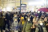 W centrum Poznania odbył się kolejny protest w ramach Strajku Kobiet. Zablokowane ulice i rondo Kaponiera. Zobacz zdjęcia