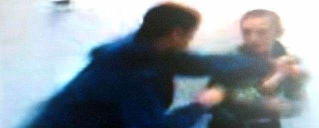 """Kadr z filmu, na którym jeden z """"kolegów"""" bije Pawła"""
