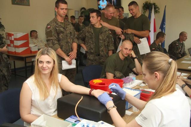 Paulina Szostak, choć wojskowym nie jest, oddaje krew na konto jednostkowego Koła numer 500, z którym się przyjaźni.