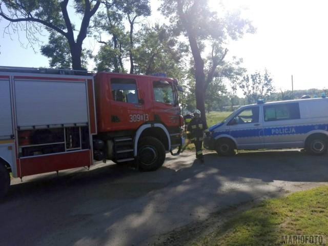 W akcji usuwania usterki biorą udział cztery jednostki straży pożarnej i pogotowie gazowe. Na miejscu jest też policja.